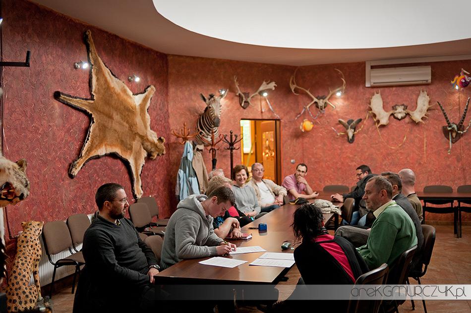 Podpisanie pierwszej historycznej umowy pomiędzy Stowarzyszeniem Płocka Grupa Fotograficzna i Płockim Ogrodem Zoologicznym fot. Arek Gmurczyk/PGF