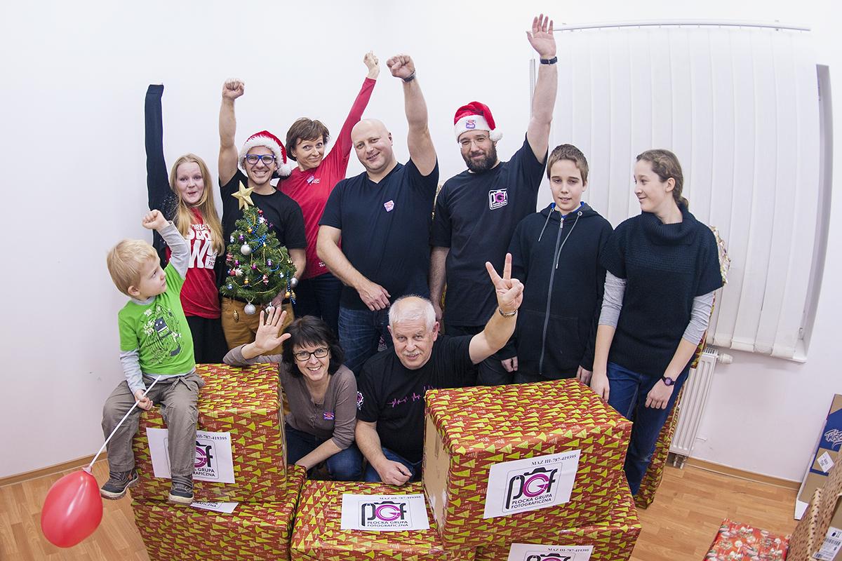 Reprezentacja PGF i Przyjaciele podczas przekazania 14 paczek do magazynu Szlachetnej Paczki